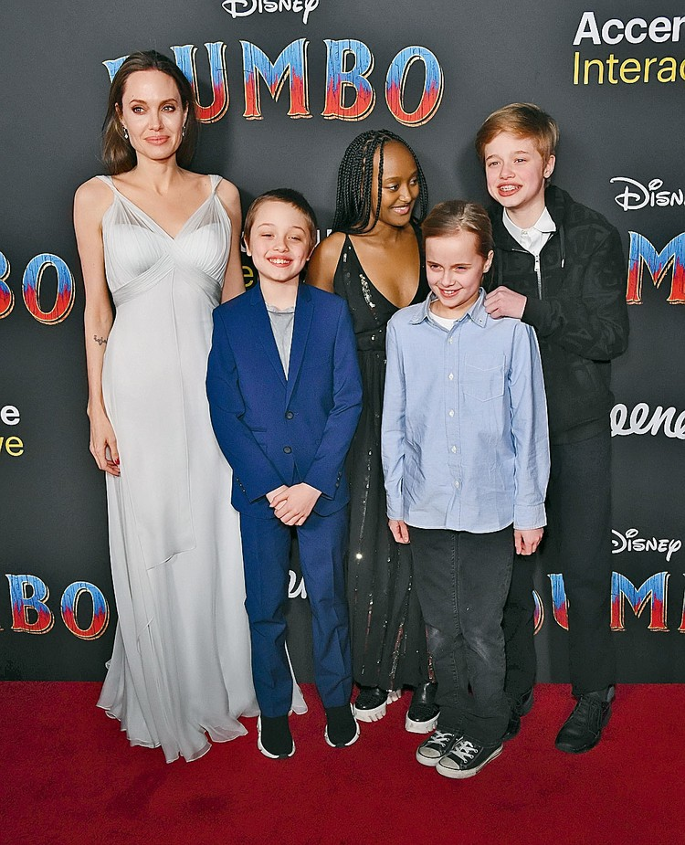 Дети с мамой, но без папы (на фото слева направо: Анджелина, Нокс, Захара, Вивьен, Шайло).