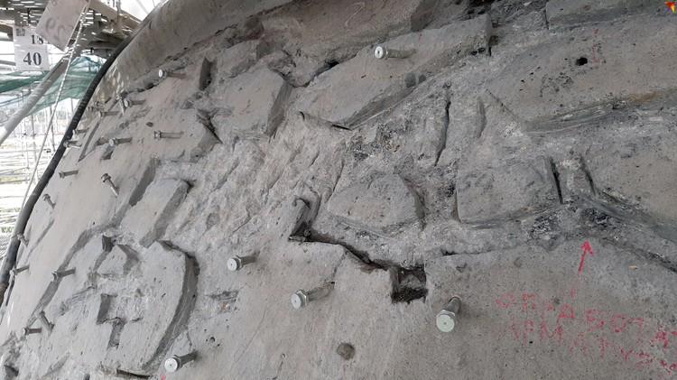 На небольшом участке в пару квадратных метров можно встретить все виды ран монумента.