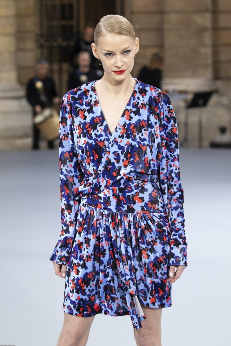 Ходченкова прошла по подиуму в очаровательном мини-платье с графическим принтом.