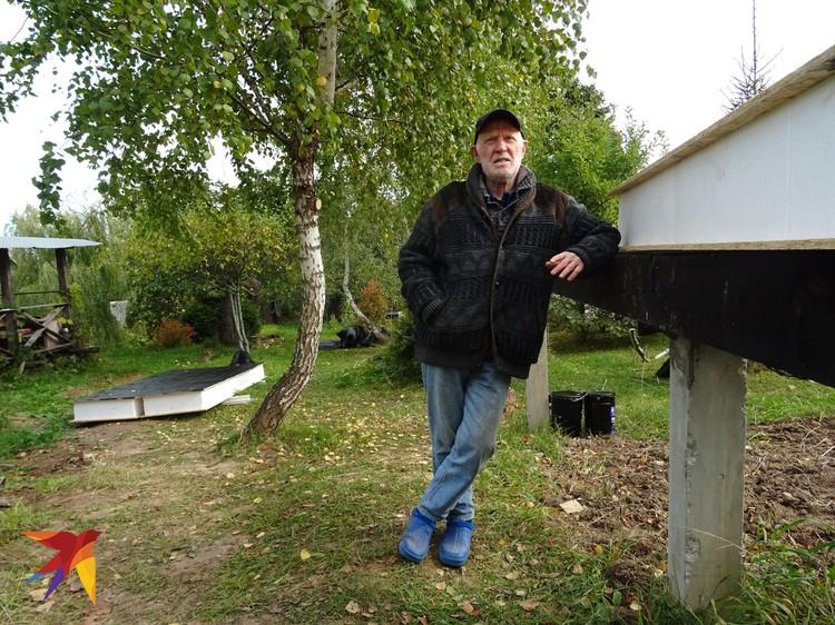 На участке писателя Николая Андреева возятся рабочие, монтируя каркас его нового дома.