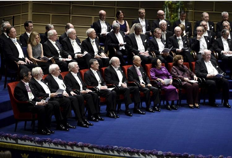 Церемония вручения Нобелевских премий проходит в торжественной обстановке. Все мужчины во фраках.