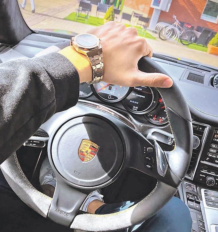 ...а еще любил выставлять напоказ свои тачки и часы. На этом фото часы Audemars Piguet. Корпус из розового золота 750-й пробы, черный циферблат, браслет из розового золота 750-й пробы. Примерная цена - 3 миллиона рублей. Фото: instagram.com