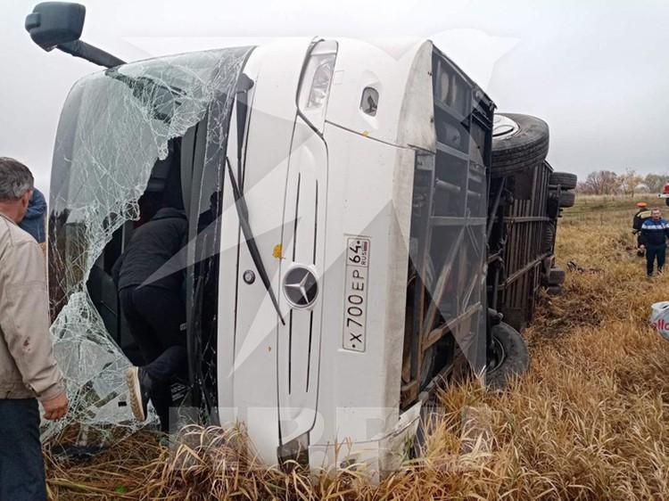 Автобус упал на бок. Фото: Источник КП