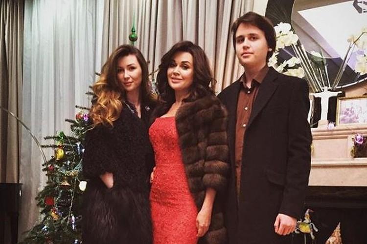 Анастасия Заворотнюк с дочерью Анной и сыном Майклом