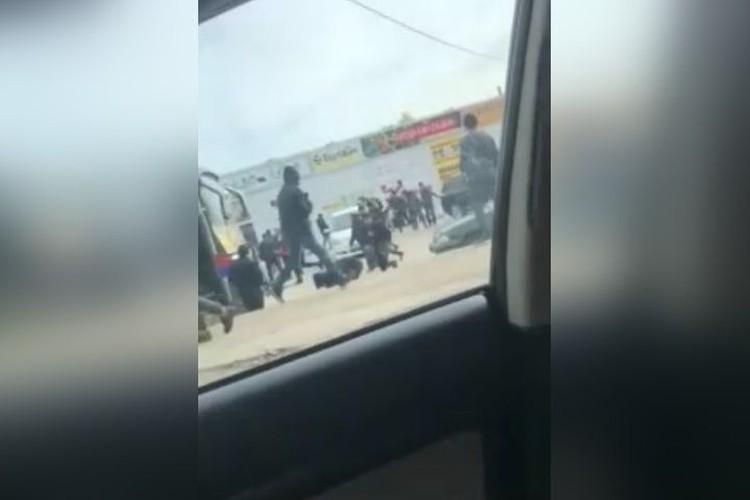 Местные торговцы бегают возле рынка, кидаются землей.