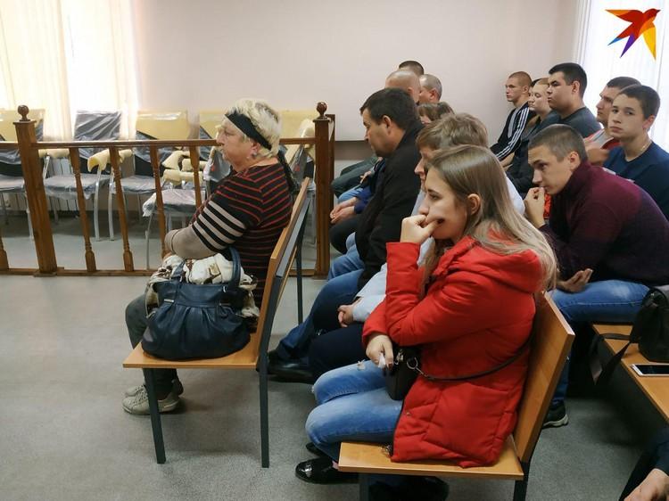 Мноочисленные родственники и жена Александра Гудкова не могли поверить в происходящее на суде