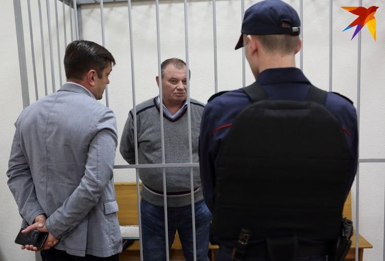 Валерия Шевчука обвиняют в получении взятки и мошенничестве.