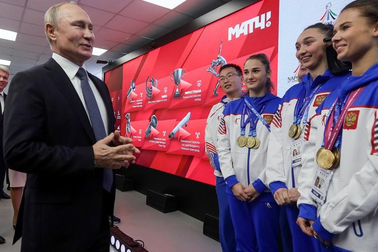 Владимир Путин во время беседы с победителями XXX Всемирной летней универсиады 2019 года в Неаполе. Фото Владимир Смирнов/ТАСС