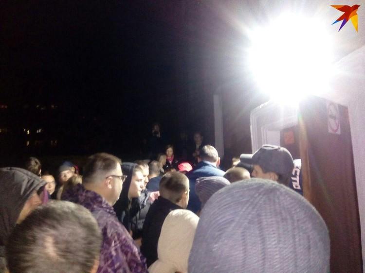 Тысячи людей пришли под дождем к школе №24