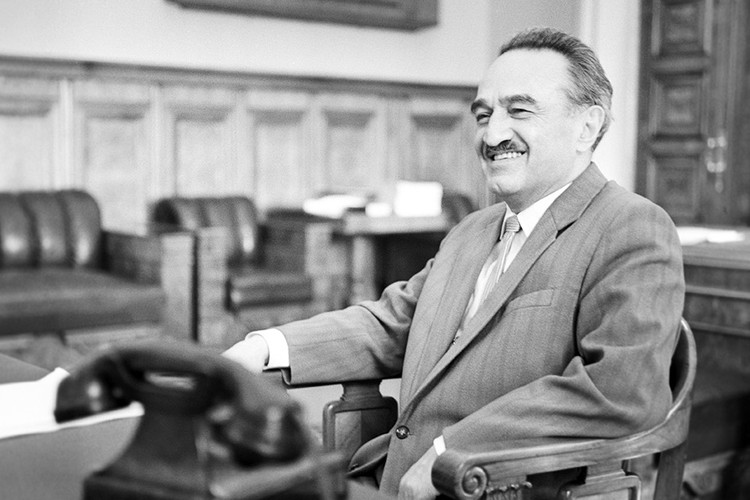 Первый заместитель председателя Совета Министров СССР Анастас Микоян в своем рабочем кабинете, 1962 г. Фото Виктор Кошевой/ТАСС
