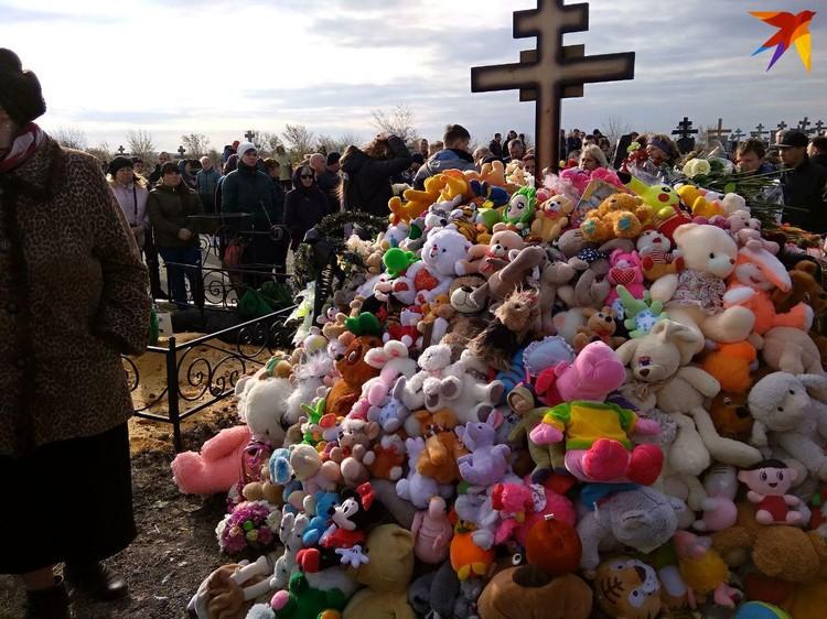 Над могилой Лизы Киселевой возник холм из мягких игрушек