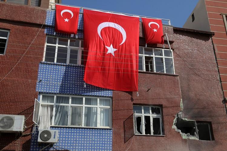 С территории Сирии в турецкий приграничный город в ответ прилетели минометные снаряды.