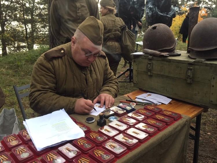 Один из основателей «Ордена» - Константин Буглов - подписывает последние удостоверения
