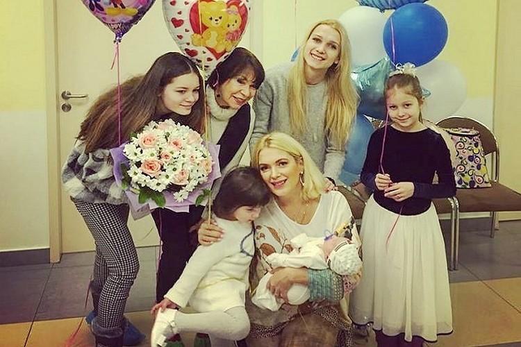 Актриса Мария Порошина с детьми.