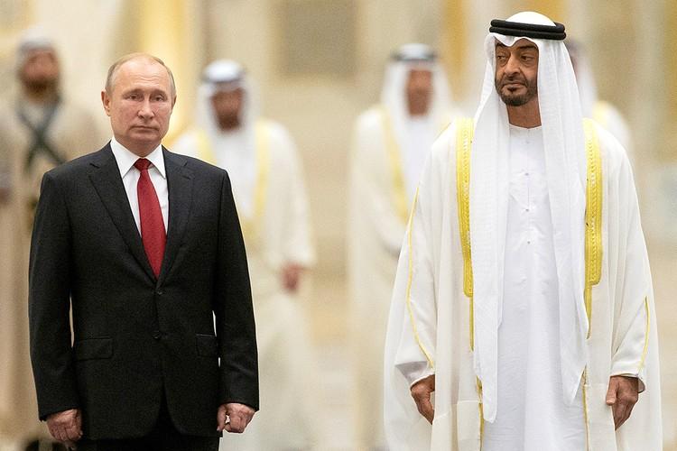 Наследный принц ОАЭ Мохаммед Аль Нахайян и Владимир Путин во время церемонии встречи российского президента.