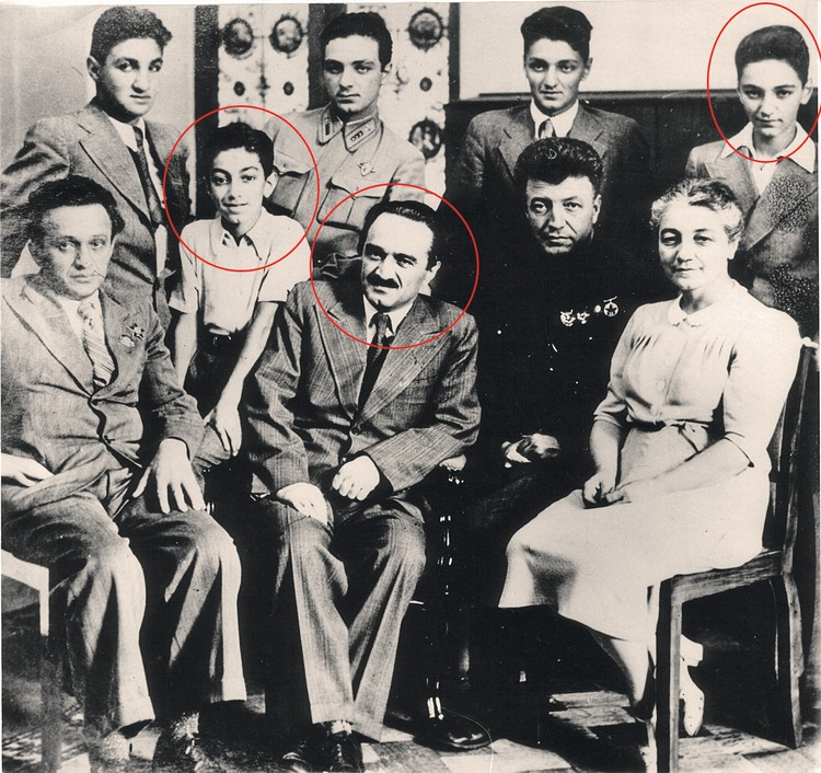 Семья Микоян (конец 1941 - начало 1942 г.). Слева в кружке - сын Анастаса Микояна Серго, справа - Вано. В центре - сам Анастас Микоян. Фото: Личный архив