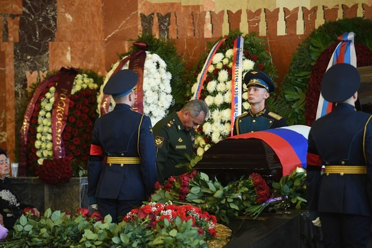 Министр обороны Сергей Шойгу простился с Алексеем Леоновым.