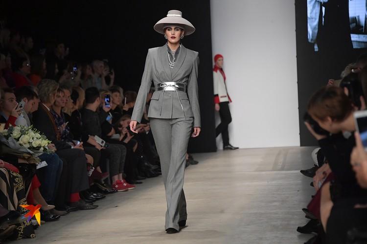 Судя по всему, вдохновителем этого образа для Зайцева стала Жаклин Кеннеди. В похожей шляпке Жаклин не раз появлялась на официальных мероприятиях со своим супругом Джоном Кеннеди.