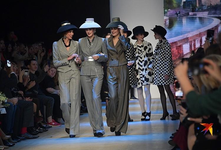 Вячеслав Зайцев, ностальгируя по юности, представил коллекцию в духе 60-х годов: элегантные шляпки — плафоны в стиле картины «Завтрак у Тиффани»