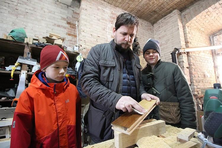 В столярной мастерской Сергей с сыновьями восстанавливает деревянные рамы по старинным технологиям