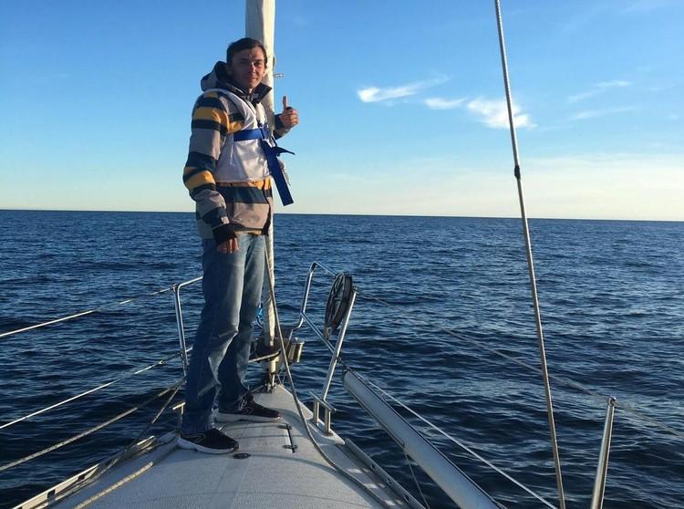 Алексей прошел обучение в яхтенной школе и имеет статус капитана