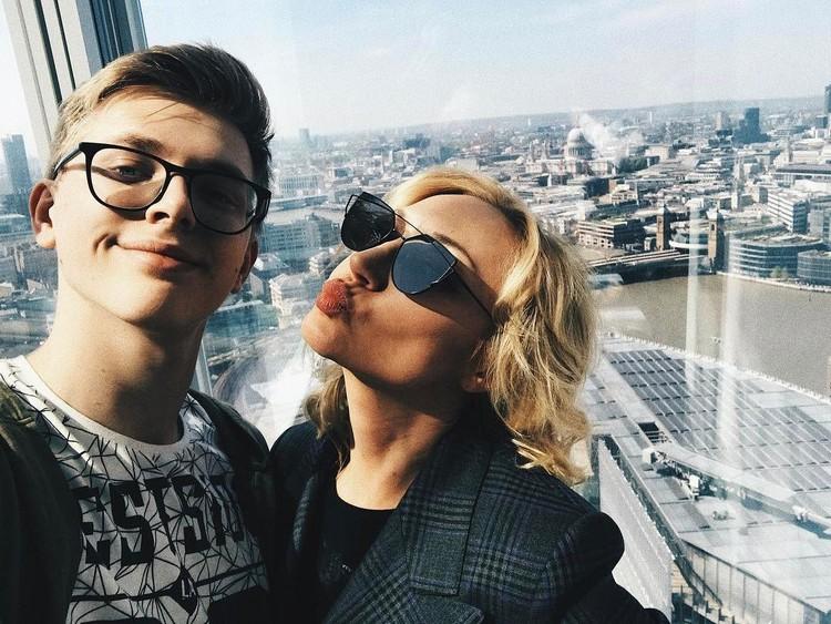 Фотографии с мамой не редкость в социальных сетях Дени