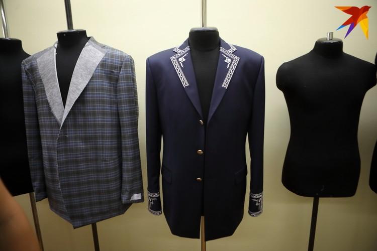 Здесь можно увидеть форму подполковника Следственного комитета, протокольный костюм для дипломата и обычный костюм в клетку