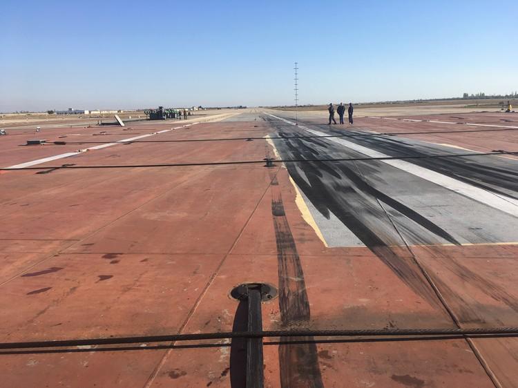 Три мощных стальных троса останавливают самолет при приземлении на палубу