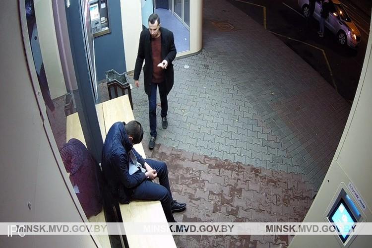 Третий из злоумышленников вернулся, чтобы еще снять с руки часы. Фото: ГУВД Мингорисполкома.