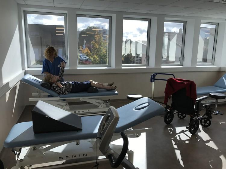 На каждом этаже клиники реабилитации проводят процедуры в течение всего дня.