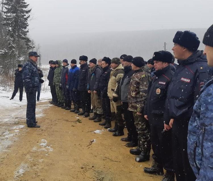 Полицейские несут служжбу по охране общественного прядка на месте трагедии