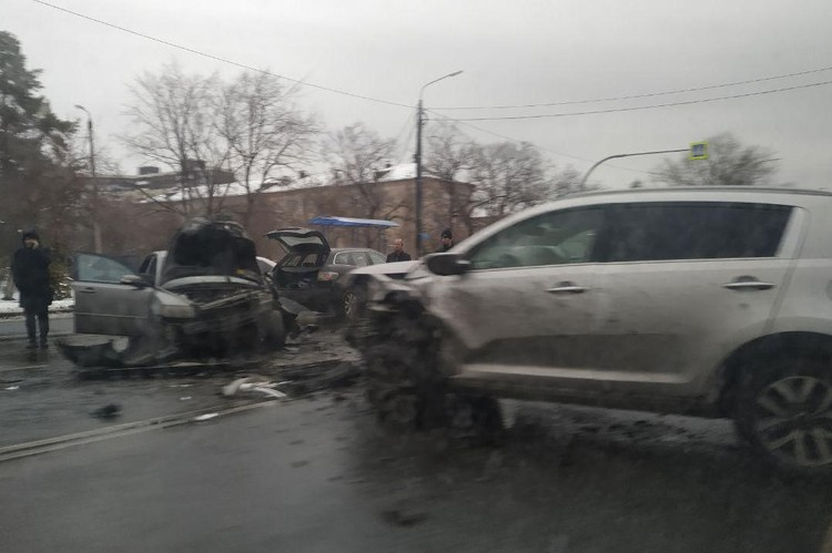 Пострадали водитель и пассажир Volvo.