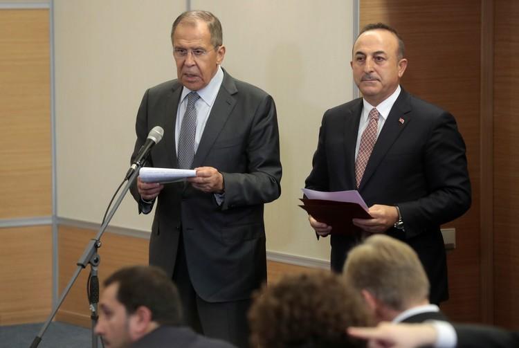Глава МИД РФ Сергей Лавров и его турецкий коллега Мевлют Чавушоглу на пресс-конференции по итогам переговоров в Сочи.