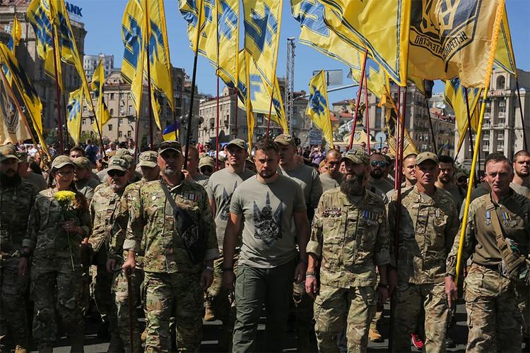 """Националисты """"Азова"""" во время митинга в Киеве."""