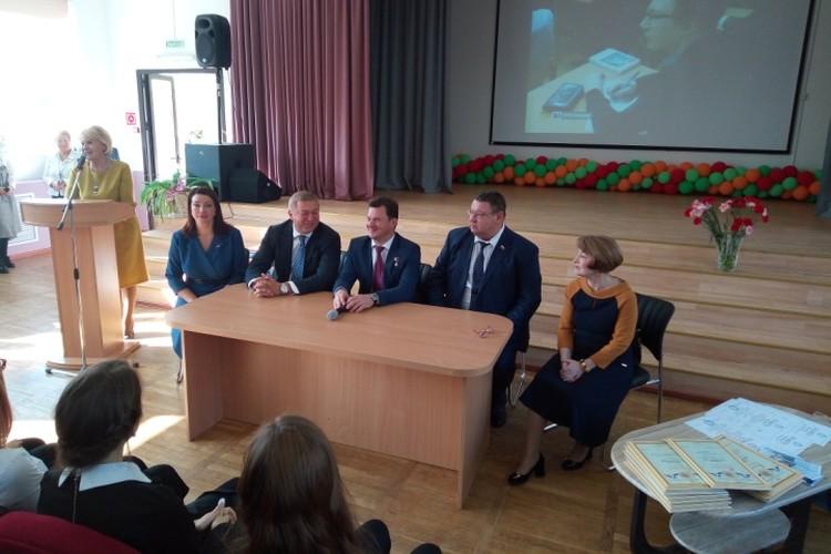 Роман Романенко (за столом третий слева) встретился с учениками калининградского лицея...