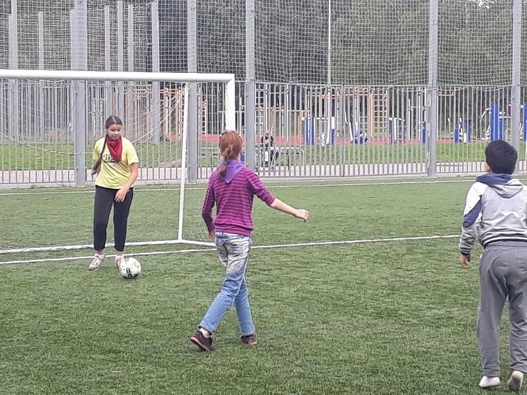 В футбольном клубе семейного центра Лиза стала и голкипером, и бомбардиром.