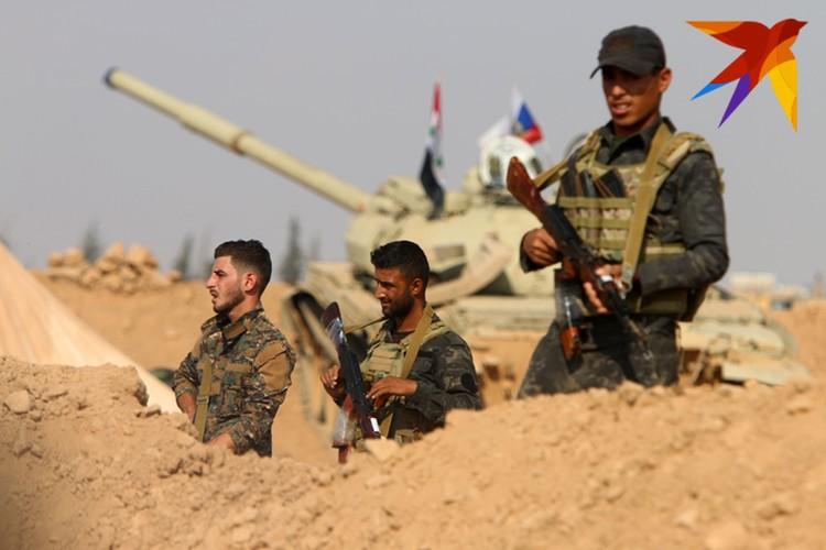 Сирийские военные на боевой позиции.