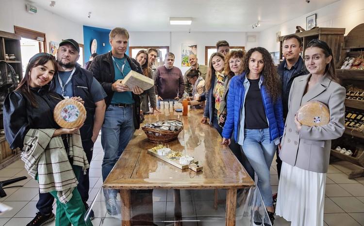 На сыроварне есть сыр и с орехами, и со специями, и даже с луком. Фото: предоставлено Skoda