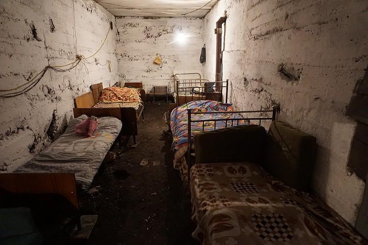 Вот здесь прячутся от обстрелов Украины мирные жители.