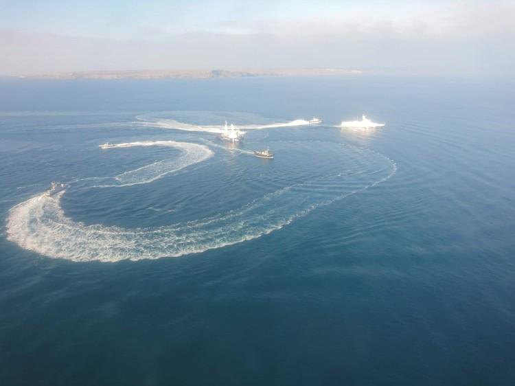Украинские корабли опасно маневрировали и не подчинялись требованиям российских властей. Фото: Погрануправление ФСБ России по Республике Крым
