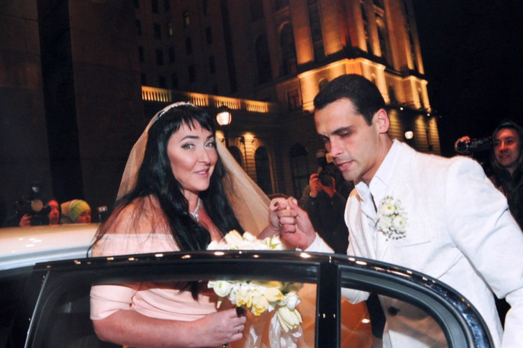 Счастливая пара на свадебном фото в 2010 году.