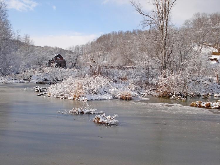 Пруды уже затянуло прочной коркой льда, но речкам нужен хороший мороз
