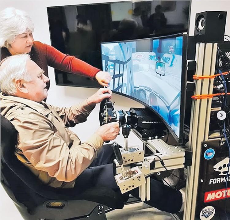 Бабушки и дедушки с азартом гоняют на автосимуляторе на занятиях автоклуба. Фото: instagram.com