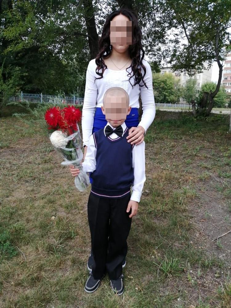 Дети уже ходят в школу в Новосибирске. Сыновья помогают маме как могут.