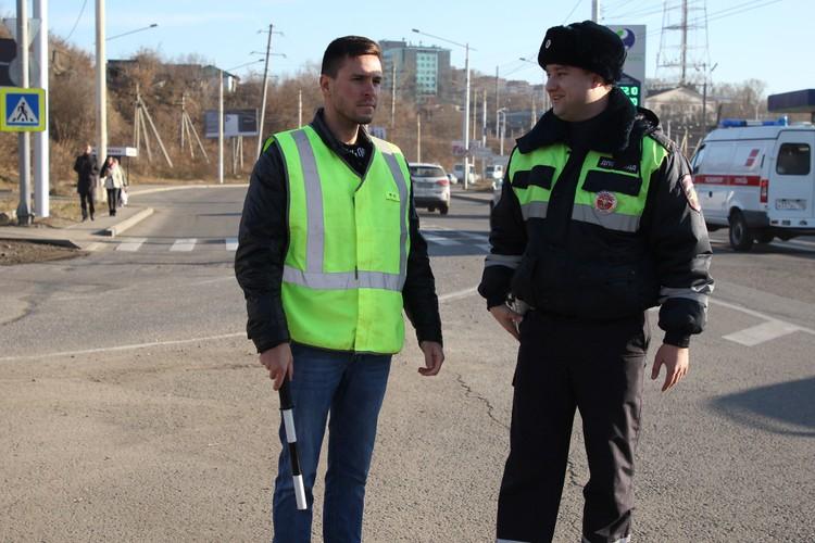 Перед заступлением на пост получаю инструктаж от инспектора Дмитрия Зиновьева.