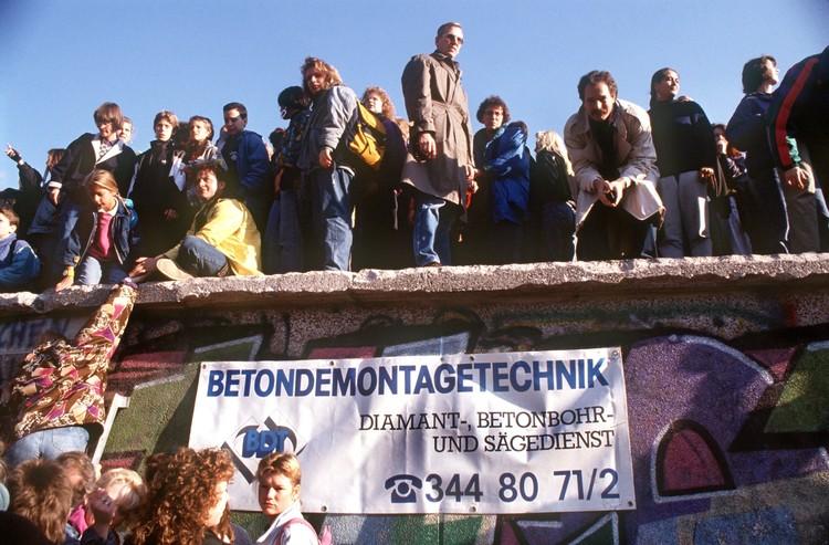 В Берлине для истории оставили лишь несколько фрагментов стены. Остальное разрушили. Фото: globallookpress.com