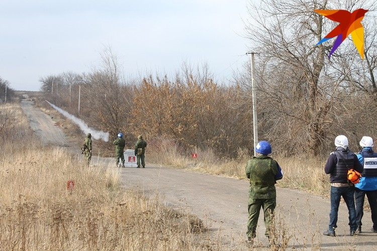 В 13.10 представители ДНР выпустили в небо зеленую ракету, спустя пять минут последовал ответ с украинской стороны