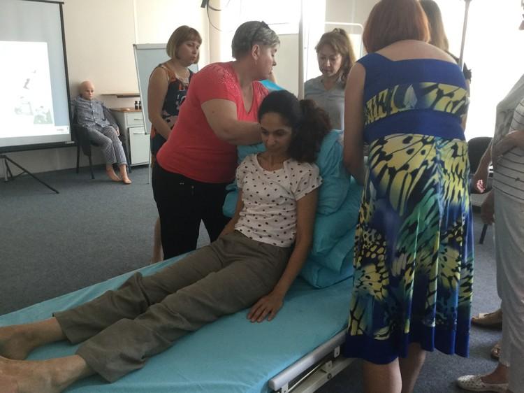 Слушателей курсов научат правильно перемещать лежачих больных – безопасно и для себя, и для пациента. Фото: 1redcross-rostov.ru/мы-с-вами/