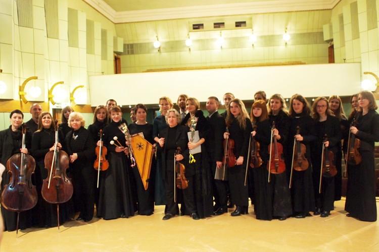 Никому не хочется расставаться - прощальное фото с музыкантами донецкой филармонии