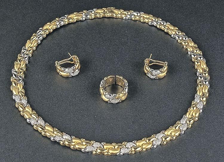 Малая парюра. Колье, серьги, кольцо из белого и желтого золота со 112, 32 и 16 бриллиантами. Фото: 12auction.ru